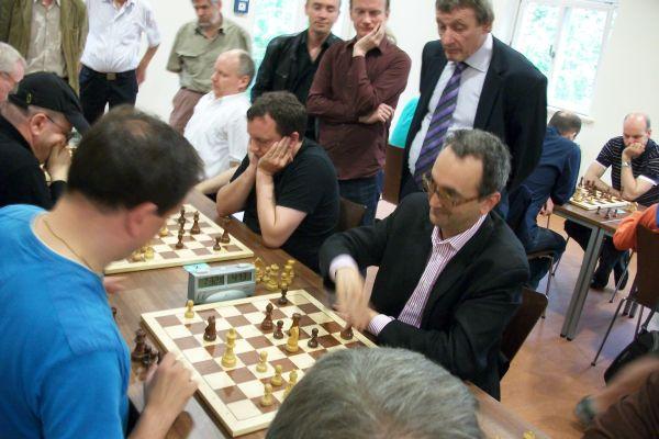 So konnte Daniel Holzapfel, der gerade Paulsen schlug, zu Rene Stern aufschließen. Er ließ sich von niemanden mehr aufhalten: Sergej Kalinitschew und Klaus Lehmann sind seine Opfer in den Runden 8 und 9 gewesen.