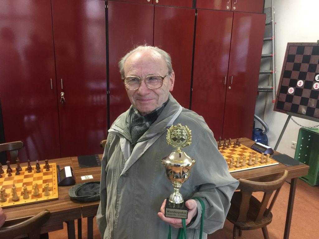 Werner Windmüller mit dem Wanderpokal