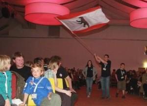 Atila schwingt die Berliner Fahne (Quelle: Website Deutsche Meisterschaften 2010 der Deutschen Schachjugend