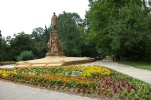 ...entlang einem Denkmal...