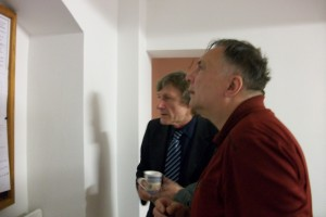 Hans-Jürgen Körlin und Ingo Lange studieren die Neuigkeiten auf unserer Pinnwand.
