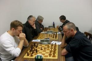 Zu Beginn war das erste Brett noch nicht besetzt, da Ulrich Giese von der Arbeit kommend sich etwas verspätete. Daher sind nur die ersten drei Bretter abgebildet.