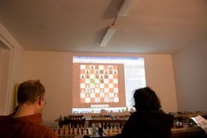 So sieht das Training dann in Aktion aus. Angestrengte Köpfe, stimmungsvolles Licht und schwierige Stellungen mit vielen bunten Pfeilen und Feldern! So macht Schach lernen am meisten Spaß...
