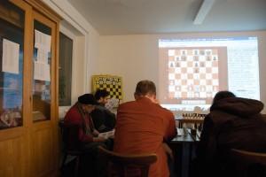 Angestrengte Schachfreunde beim denken. Einzig Konrad dachte über die falsche Stellung auf seinem Blatt nach... Vielleicht beim nächsten mal ;)