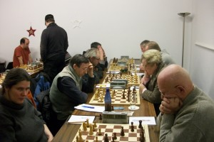 Vorne Sonja Mahler gegen Horst Nietsch, dahinter spielt unsere 3. Mannschaft