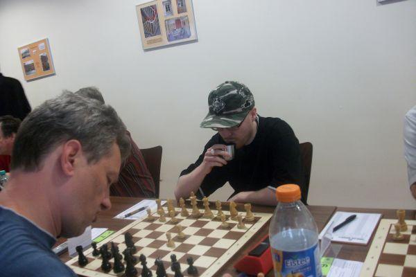 """So gelang es Shenis Slepushkin nach """"durchwachsenem"""" Start in der vorletzten Runde noch der Sprung zu den ersten zehn Brettern, bzw. in der letzten Runde durfte er Rene Stern an Brett 2 prüfen!"""