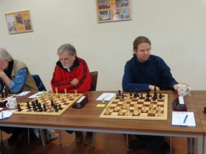 Zwei kampfstarke Spieler sehen wir an den ersten beiden Brettern: Neumitglied Sven Becker und Günter Thiele, die beide bisher eine starke Leistung erbringen.