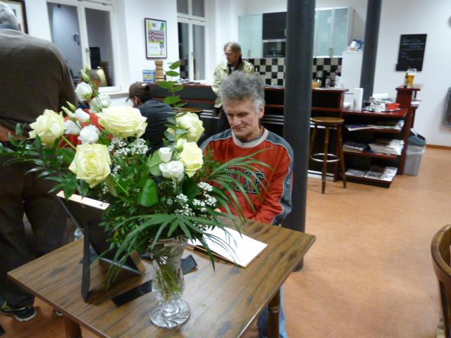 Pilles Freund Roland trägt sich - wie auch viele andere Schachfreunde - in das Kondolenzbuch ein