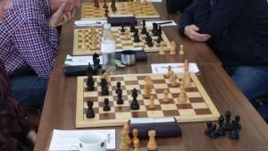 Gerade schlug Joachim Hübscher auf f7 ein und eroberte damit einen Mehrbauern. Aufgrund des hohen Spielstärkeunterschieds von 400 Punkten war er etwas später jedoch mit einem Remis zufrieden.