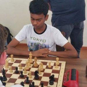 Barath Madan, einer der häufig als der zukünftige Anand beschrieben wird... hat sich bis ans dritte Brett vor gekämpft. Bleibt sein Aufwärtstrend aufrecht, dann wird schon bald für unsere Berliner GMs eine ordentliche Konkurrenz darstellen.