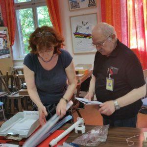 Eifrig bei der Arbeit: Brigitte Große-Honebrink und Ergun Arkan