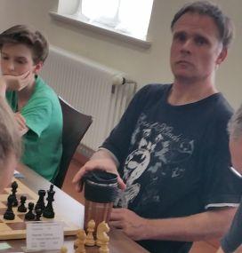 """""""Wer fotografiert mich da frech von der Seite"""", könnte sich Thomas Heerde gefragt haben. Mit seiner kompromisslosen und ehrgeizigen Spielweise liegt er ebenfalls bei 4 Punkten. Das Wort Remis taucht bei 4 Siegen und 2 Niederlagen in seinem Wortschatz jedenfalls nicht vor."""
